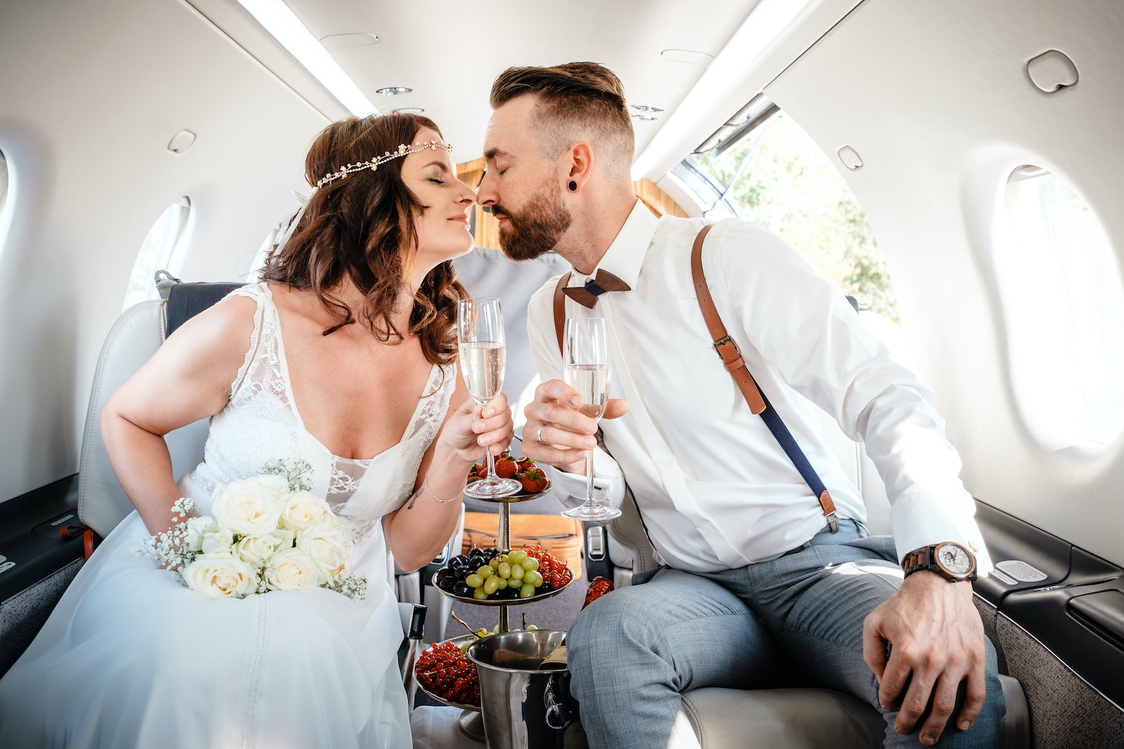 tourameo-trip-planning-travel-wedding-couple-in-flight