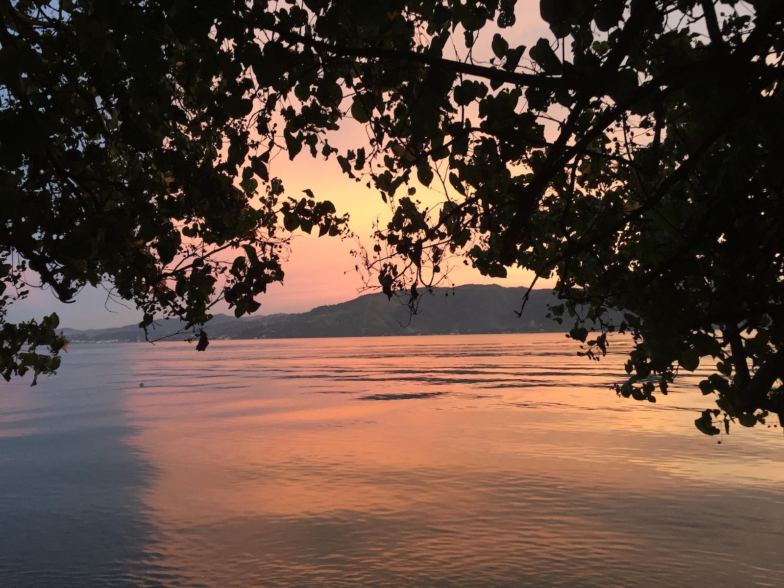 sonnenuntergang-indonesien-ambon-molukken-tauch-reise-tourameo