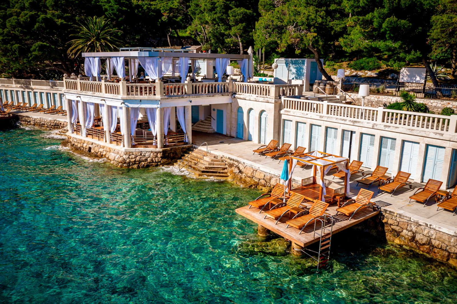 eleganter-beach-club-hochzeitslocation-kroatien